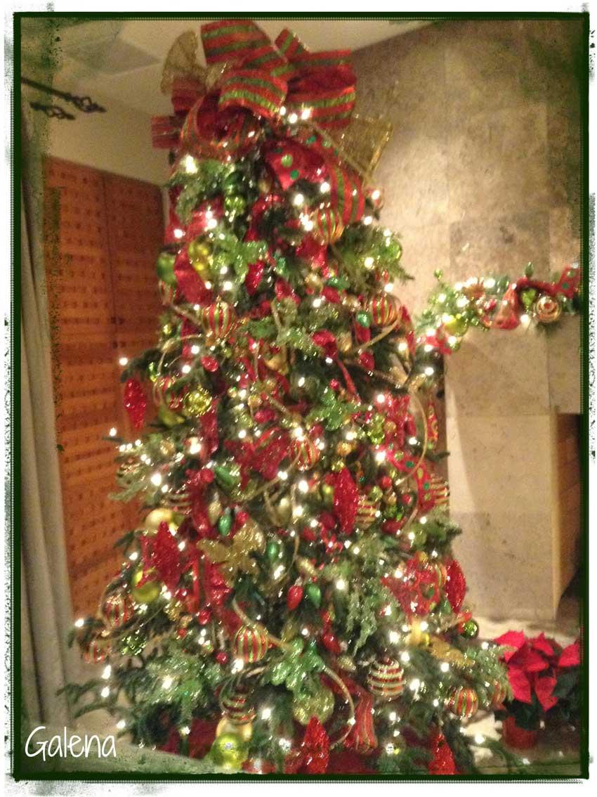 Decoraci n de navidad rojo con verde ana galena - Arbol de navidad dorado ...