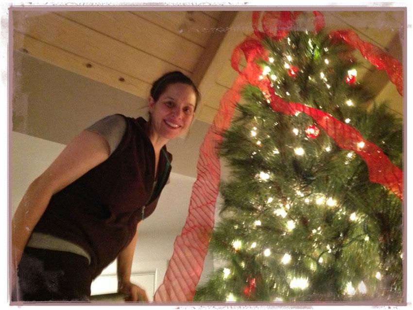 Navidad-Christmas-arbol-navideño-listones-getting-tree-ready