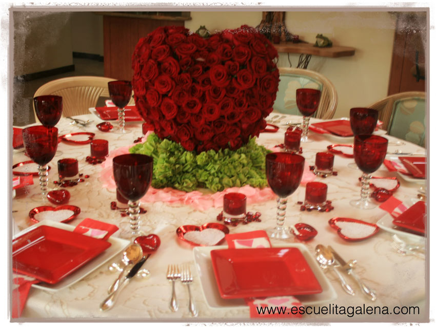 mesa-decorada-con-rosas-rojas-para-san-valentin