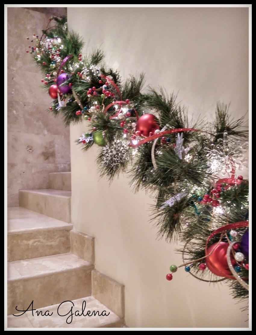 Como decorar una guirnalda navide a con esferas ana galena for Guirnaldas para puertas navidenas