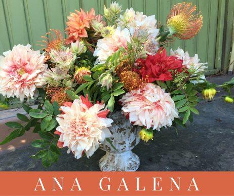 arreglo de flores con dahlias