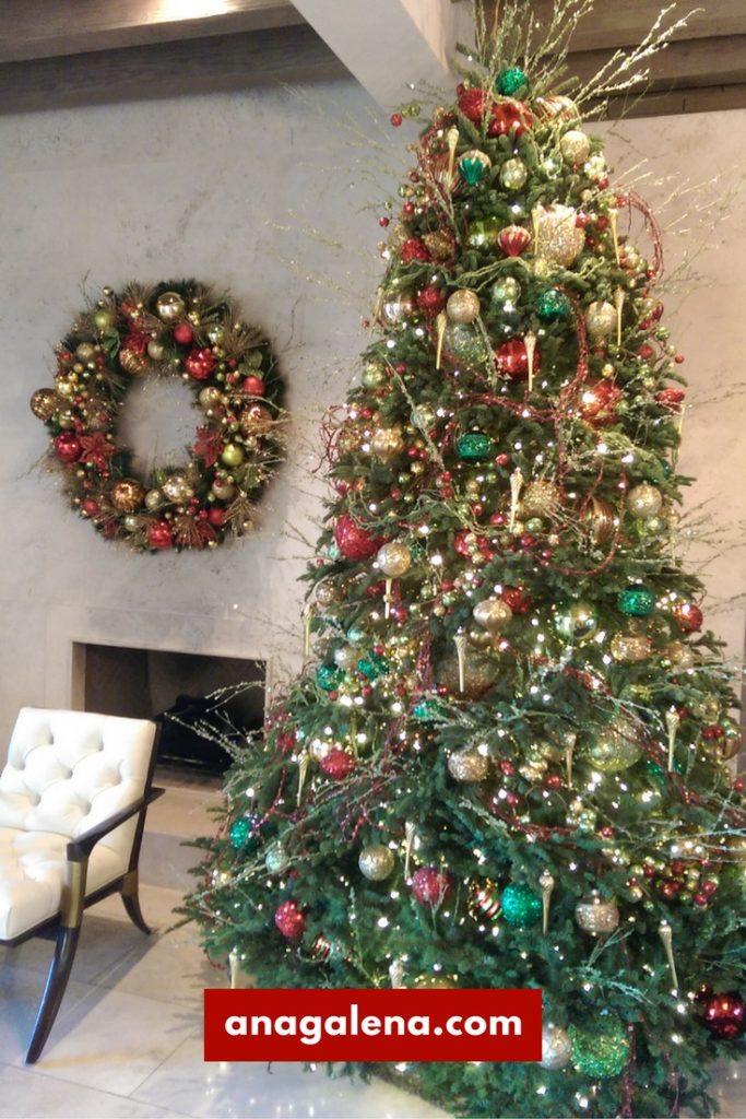 arbol-de-navidad-en-rojo-con-verde-y-dorado
