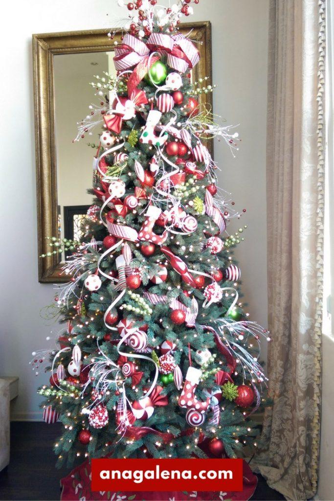 arbol-de-navidad-rojo-con-blanco-y-tonos-de-verde
