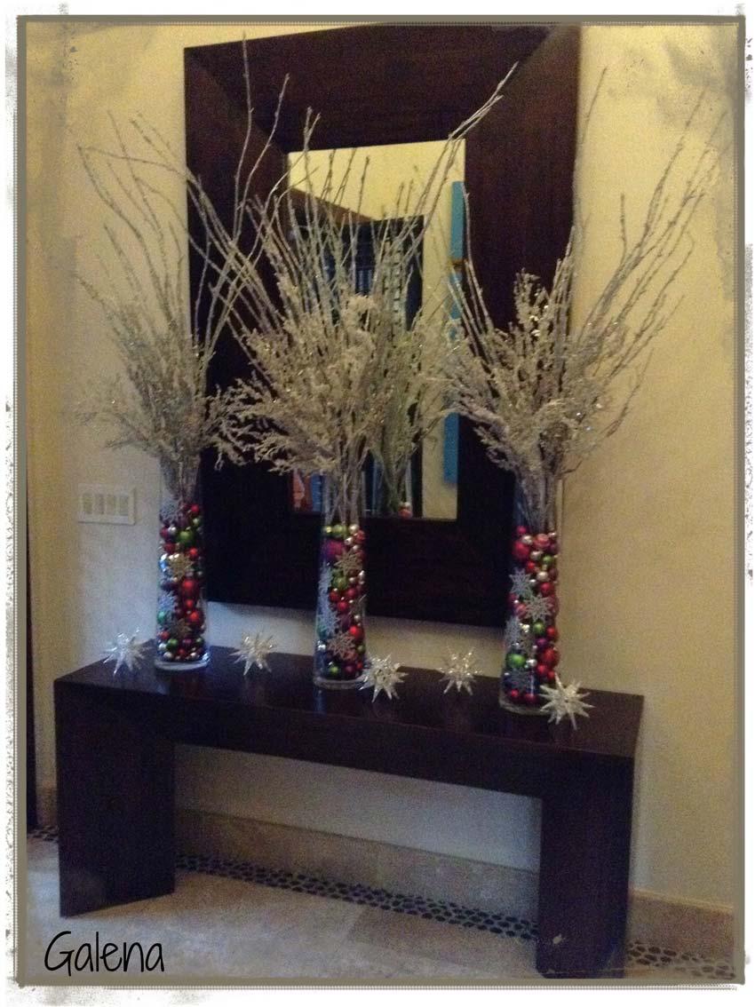 Cilindros con esferas para la entrada ana galena for Decoracion mesa navidena 2014
