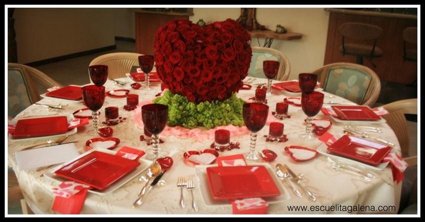 mesa-decorada-con-corazon-de-rosas-rojas