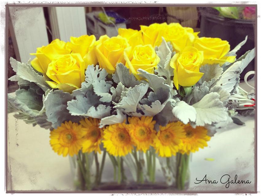 florero-con-rosas-y-gerberas-amarillas