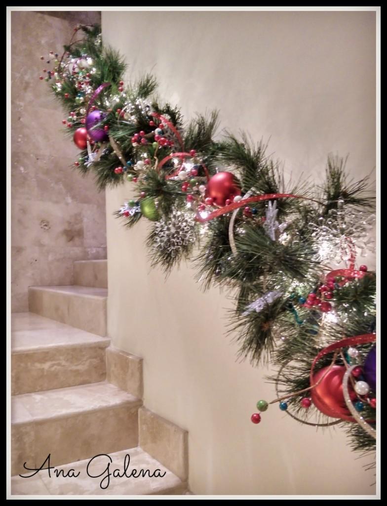 la guirnalda navideña en las escaleras