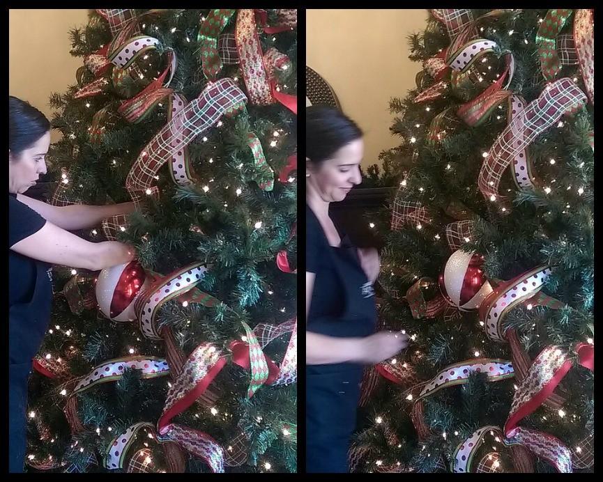 poniendo esferas en el arbol de navidad