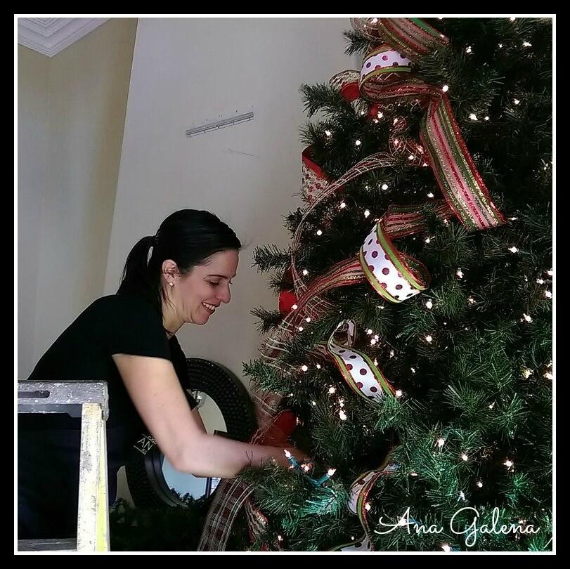 poniendo los listones al arbol de navidad