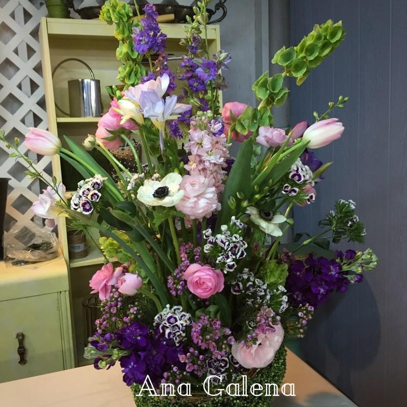 canasta-con-flores-naturales-de-primavera