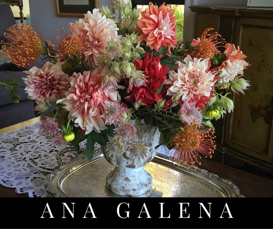 arreglo floral con dahlias